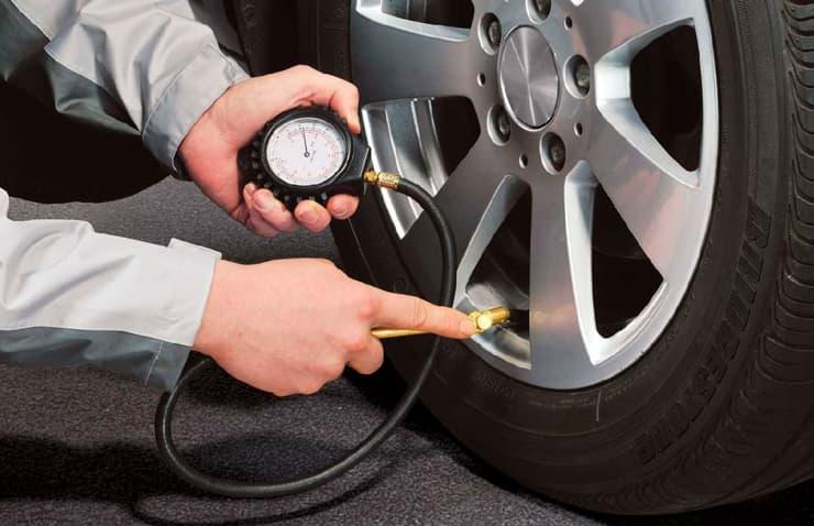 comprobació pressió pneumàtics cotxe