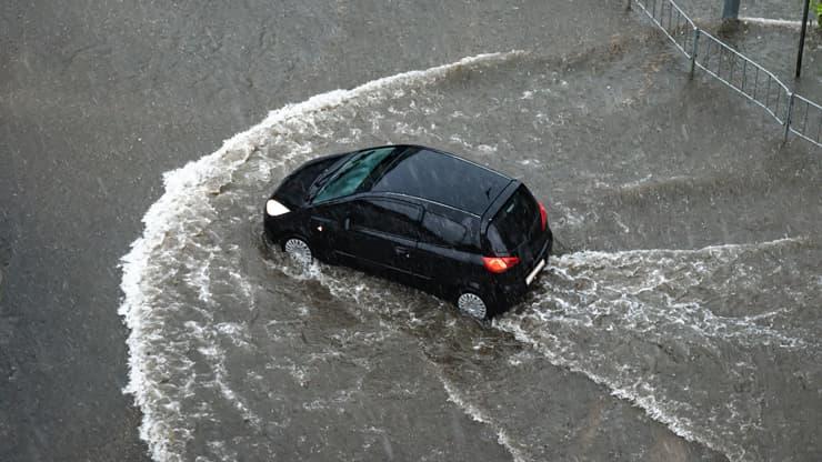 aquaplaning cotxe riuada