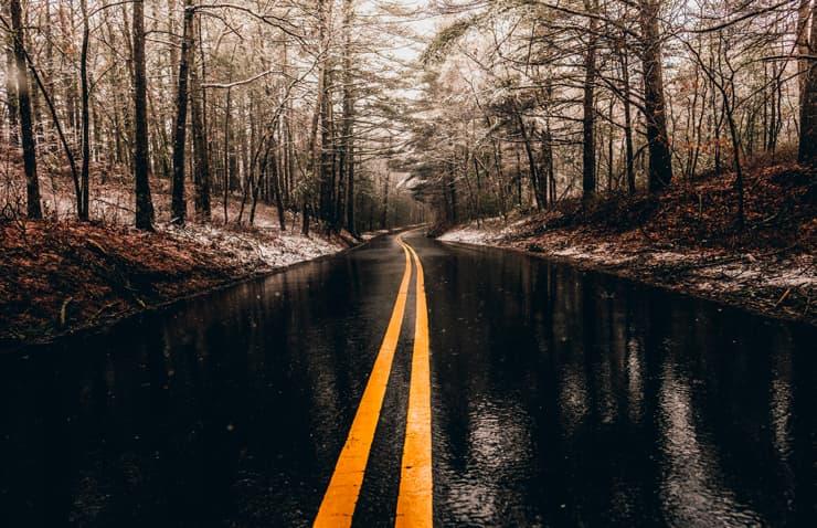 carretera mullada dia de pluja