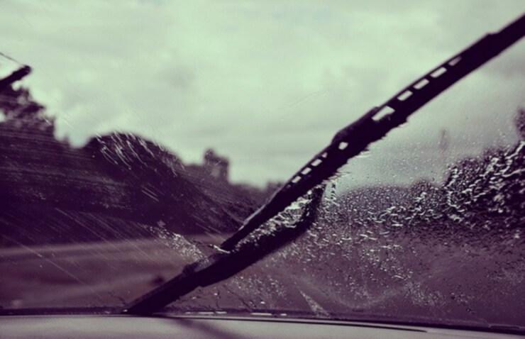 cotxe parabrisa pluja