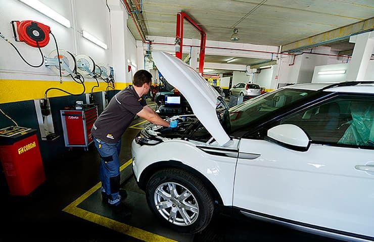 mecànic revisant cotxe