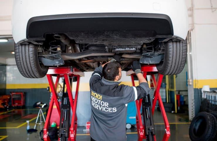 mecanico rodi inspeccionando coche itv