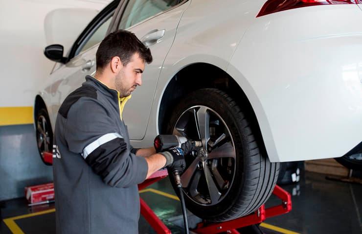 mecànic canvi pneumàtics cotxe