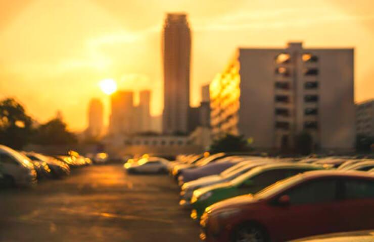 cotxes aparcats sol ciutat